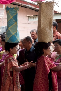 The guests gave rice and money in a ceremonial way.